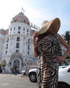 Independent Berlin escort - erotic high class lady in a hat.